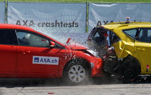 Collision d0une voiture rouge